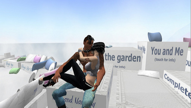 An edgy couple kiss and cuddle in Second Life.
