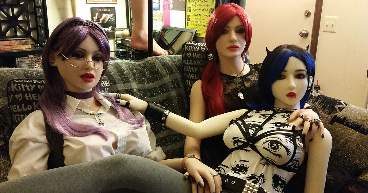Davecat's love dolls are Shi-Chan, Lenka, and Miss Snow.