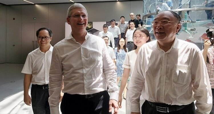 Picture of Tim Cook with Chongqing Mayor Huang in Apple Jiefangbei